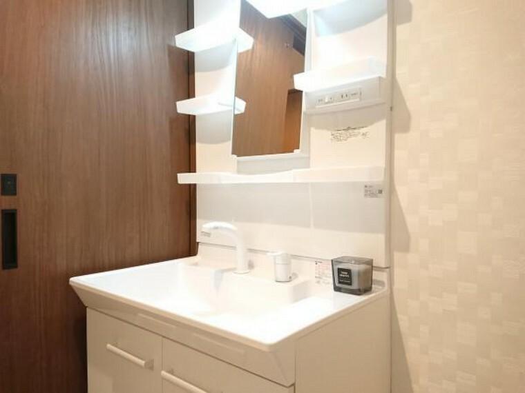 洗面化粧台 【リフォーム後写真】洗面化粧台は、LIXIL製の750mm幅の洗面化粧台に交換致しました。750mm幅のワイドな洗面化粧台なので、洗髪しても床がべちゃべちゃになりません。