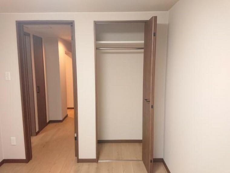 収納 【リフォーム後写真】5.08帖洋室の収納はクローゼットに変更致しました。洋服掛けポールもあるので使い勝手も良いです。