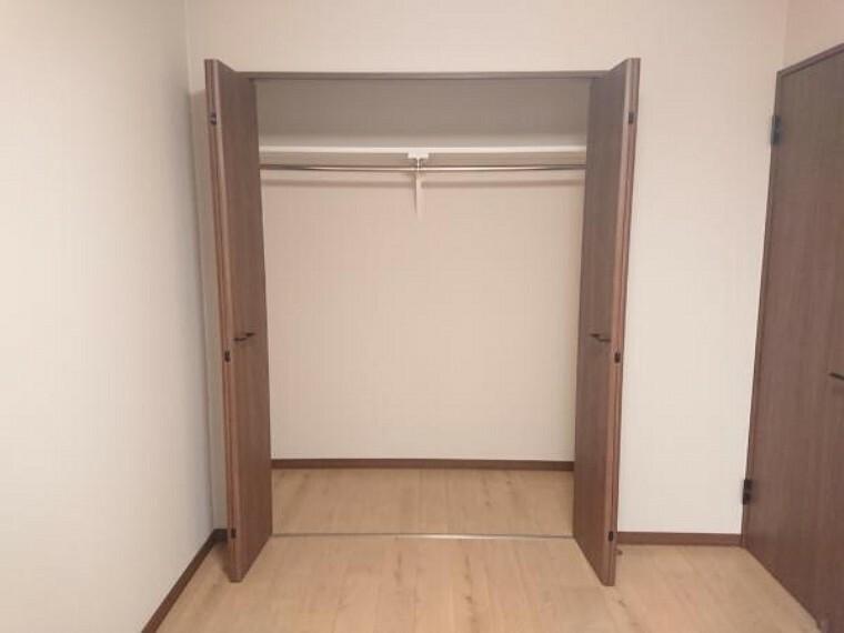 収納 【リフォーム後写真】6.61帖洋室の収納も同様にクローゼットに変更致しました。洋服掛けポールもあるので使い勝手も良いです。