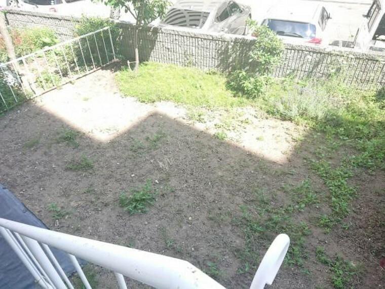 庭 【専用庭】こちらのお部屋には専用庭が付いております。マンションに住みながらお庭いじりが出来ます。