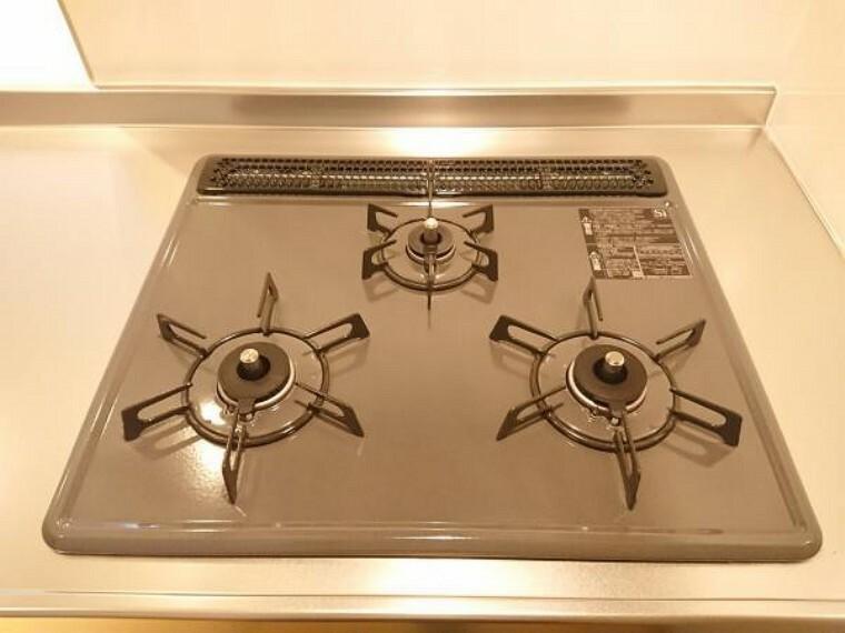 キッチン 【リフォーム後写真】ガスコンロは3口コンロと使い勝手も良いです。