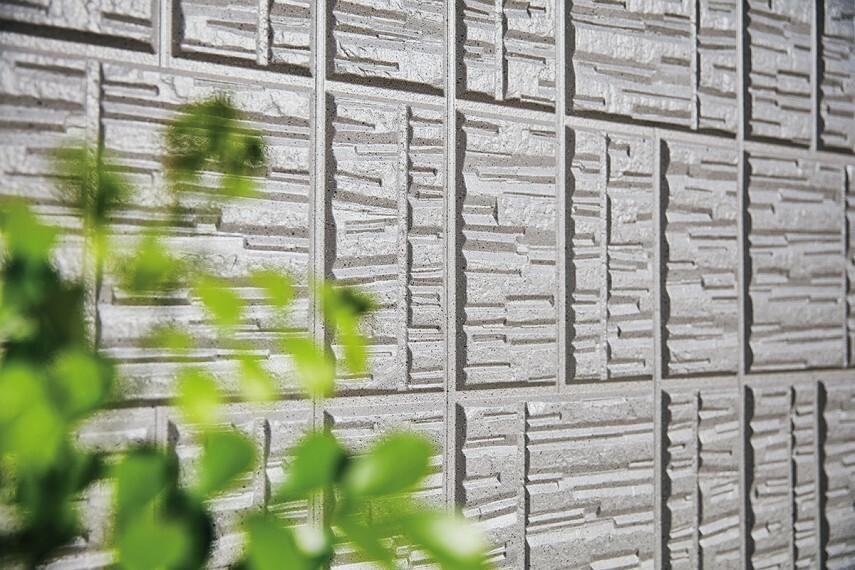 構造・工法・仕様 【ジオマイト外壁】石素材をモチーフとした重厚感のある外壁。彫りの深みによる重厚な陰影感と美しさ。