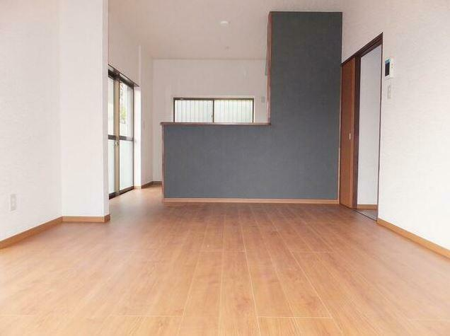 リビングダイニング 床、壁紙と改装しアクセントクロスを使用することにより全体がまとまります。