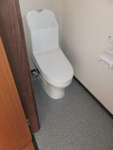 トイレ 温水洗浄便座付きのトイレへ交換しております。