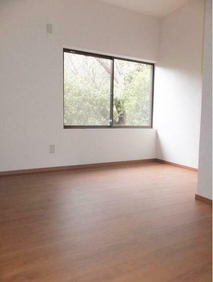 収納 玄関入って目の前には約4~5帖の部屋があり納戸や書斎、趣味部屋にいかがでしょうか。
