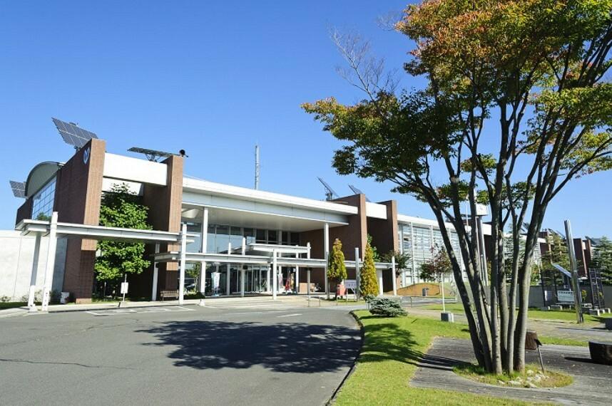 役所 利府町役場 徒歩11分(約860m)庁舎と町民交流館が複合した県内でも前例のない施設です。