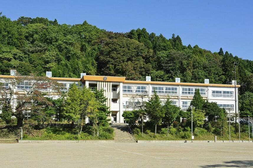 小学校 利府小学校 徒歩16分(約1240m)「志高くして日々着実なあゆみ、充実した学校生活」を教育理念とした小学校です。