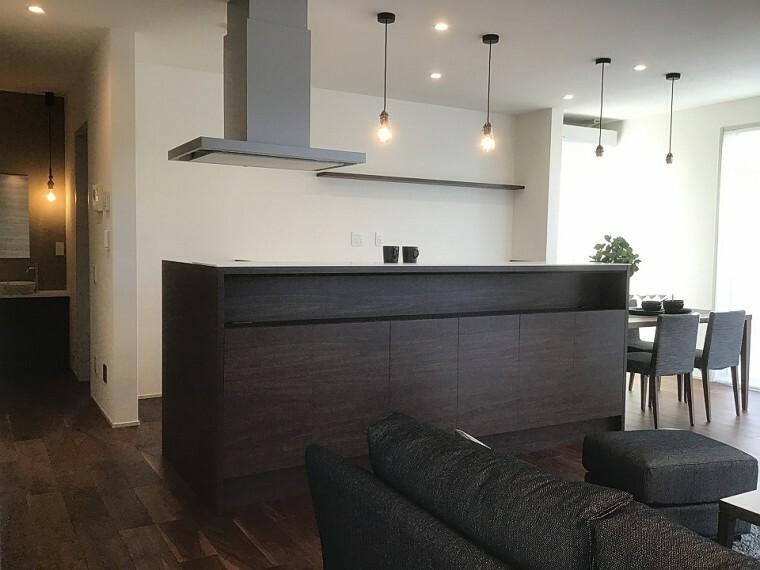 キッチン 内観写真:8-1号地 ダイニングキッチン(2020年11月撮影)手元が隠せる立ち上がりがある、アイランドキッチン。LDKの一体感を損なわず、落ち着いて料理ができるキッチンです。