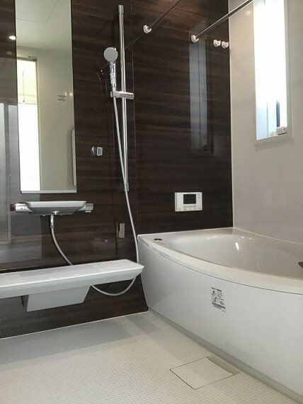 浴室 内観写真:8-1号地 浴室(2020年11月撮影)ダークブラウンのパネルがシックな印象を与えます。浴室乾燥暖房完備。