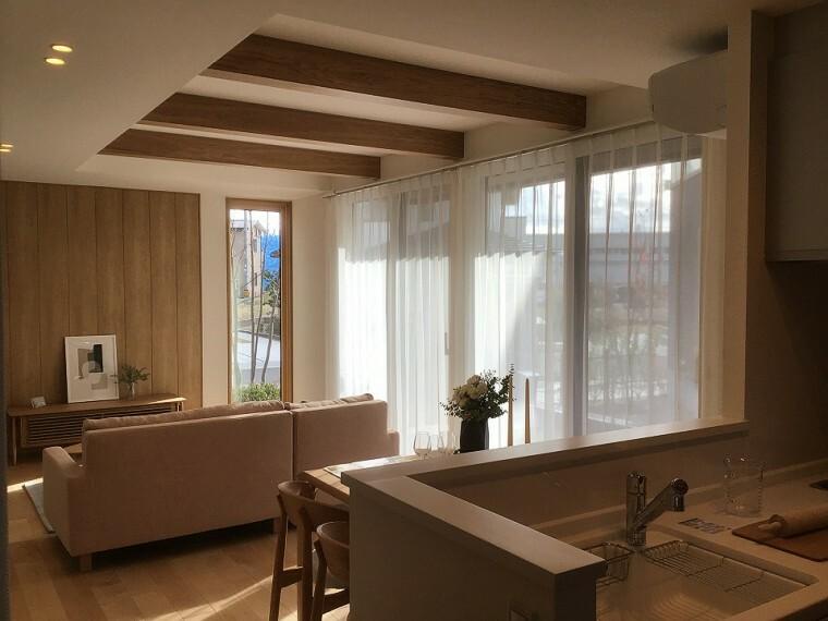 キッチン 内観写真:8-2号地 リビングダイニングキッチン(2020年11月撮影)壁、天井に木調インテリアを施したリビング、木調のインテリアがやわらかく、ゆとりある癒し空間を演出します。