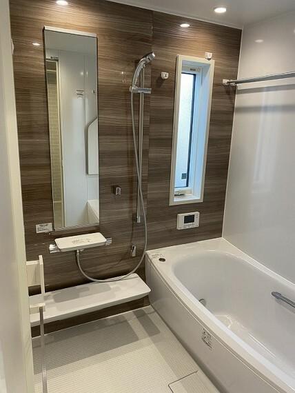 浴室 内観写真:8-2号地 浴室(2020年11月撮影)木調パネルが暖かい印象を与えます。浴室乾燥暖房完備。