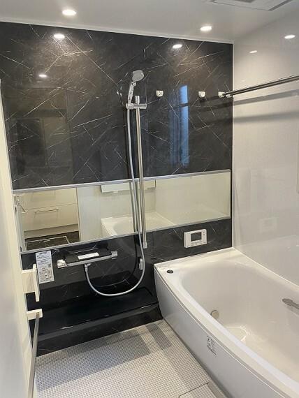 浴室 内観写真:9-14号地 浴室(2020年11月撮影)ブラックの石目調パネルがスタイリッシュな印象を与えます。浴室乾燥暖房完備。