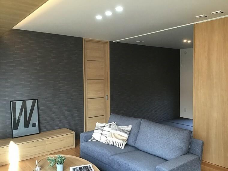 居間・リビング 内観写真:9-16号地 リビング和室(2020年11月撮影)畳や、タイルをブラックとし、和モダンなインテリアが落ち着きと洗練された印象をあたえます。