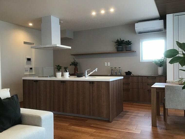 キッチン 内観写真:9-18号地 ダイニングキッチン(2020年11月撮影)キッチンを囲んで談笑できるアイランドフルフラットキッチン。木と緑を感じながら料理ができる開放的なキッチンです。