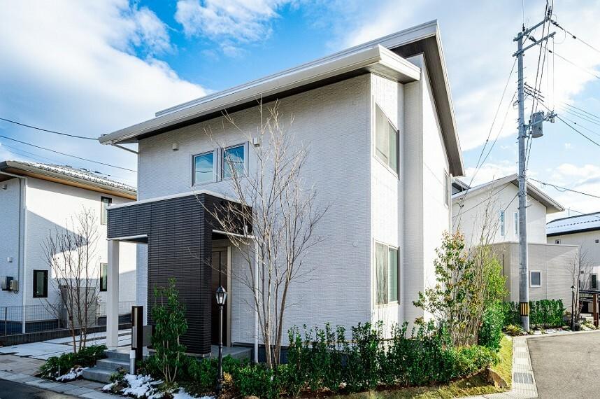 現況外観写真 外観写真:8-1号地(2020年12月撮影) 販売価格5,450万円(消費税込) 棟違いにかかった屋根がモダンな外観を演出します。