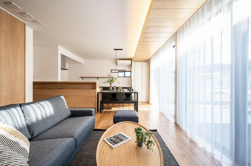 居間・リビング 内観写真:9-16号地 リビングダイニング(2020年12月撮影)5m分の連続開口が自然光を取り込み、間接照明が空間に癒しをもたらします。