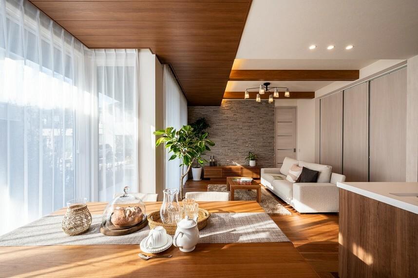 居間・リビング 内観写真:9-18号地 リビング(2020年12月撮影)石張りと木質天井により上質なインテリアとしており、インドアグリーンがリビングに癒しをもたらします。