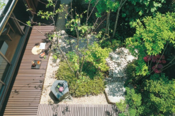 構造・工法・仕様 「3本は鳥のために、2本は蝶のために、日本の在来種を。」をスローガンとした、積水ハウスの庭づくりの考え方です。昔ながらの里山をお手本に気候風土に調和した植栽を選ぶことで、年月とともに樹木が育ち美しさと資産価値が向上します。2001年から始まったこの取り組みは、すでに植栽本数累計1300万本を達成しました。