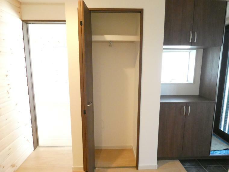 収納 玄関横にも収納があるのでお出かけようのコートなどの収納に便利