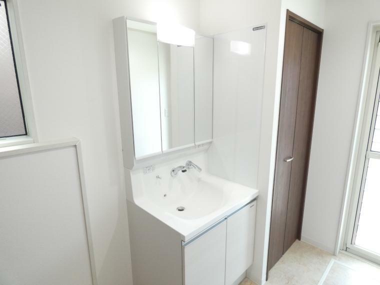 洗面化粧台 シャワーつき三面化粧台,収納付なので、水回りはいつもすっきり