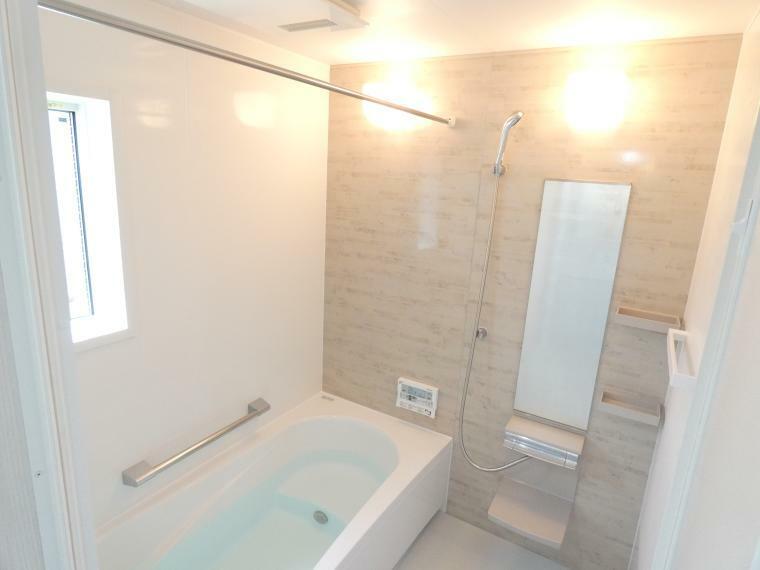 浴室 ヒートショック対策に浴室内暖房乾燥機つきで雨の日や花粉の時期には浴室で洗濯物を干せます