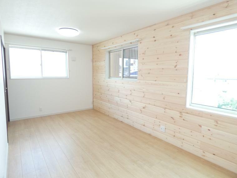 寝室 広い寝室はご夫婦2人で使っても十分なスペースがあります。