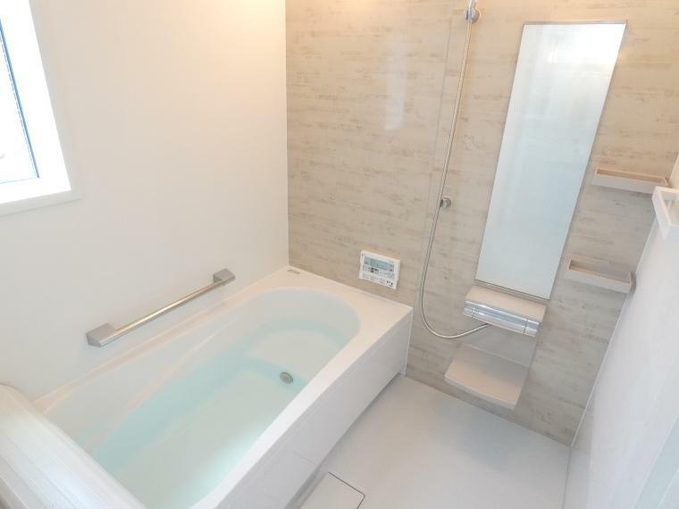 浴室 追焚き機能付オートバス。自動湯張りで、ご家族の生活リズムに合った快適バスタイム
