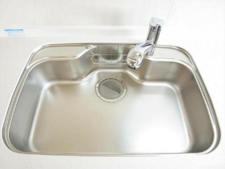 【リフォーム済】キッチンのシンクはサビにくく熱に強いステンレス製です。水はねの音を抑える静音設計で、従来よりもさらに水音が静かになっています。