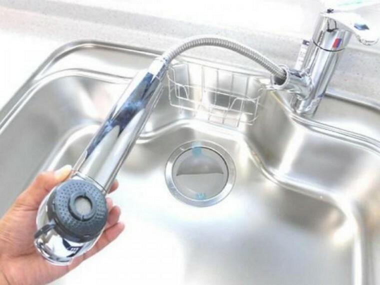 【リフォーム済】キッチンの水栓金具はノズルが伸びてシンクのお手入れもラクラクです。水栓本体には浄水機能が内蔵されていて、おいしいお水をつくります。