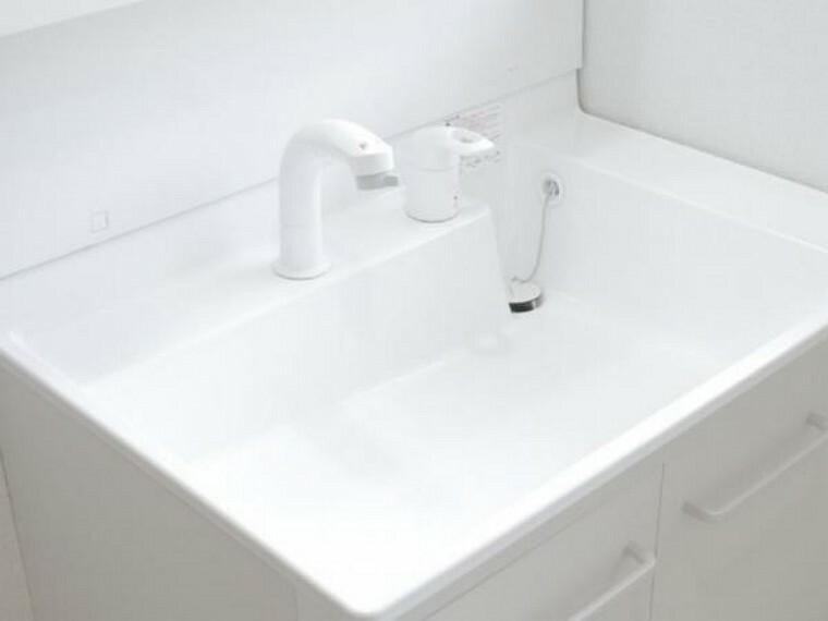 【リフォーム済】洗面化粧台の水栓は、お湯と水をきちんと使い分けられるエコな仕様です。お湯のムダづかいを防ぐので、ガス代も節約。家計に優しい設計です。