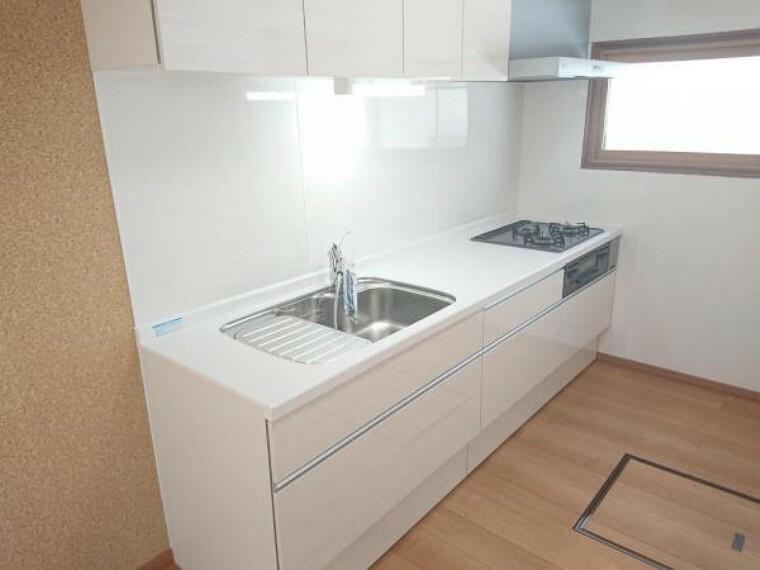 専用部・室内写真 【キッチン】キッチンは永大産業製の新品に交換しました。水はねを抑える静音シンクを標準採用。家族との会話を妨げません。