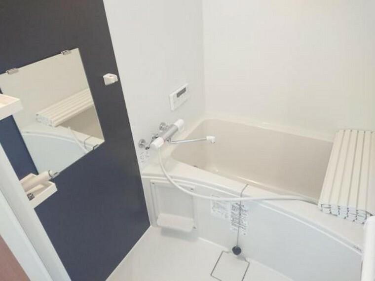 専用部・室内写真 【浴室】脱衣場は拡張し、0.75坪のお風呂に新品交換しました。コンパクトなサイズですのでお湯の節約もできますね。