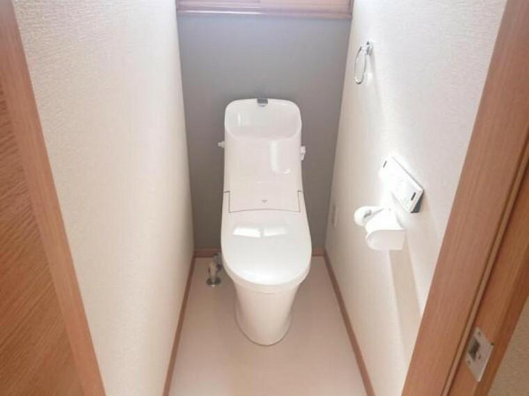専用部・室内写真 【トイレ】トイレは便器ごと新品交換致しました。便座も温度調整が出来るので、寒い冬でも安心して利用できます。直接肌に触れる部分なので、新品だと嬉しいですね。