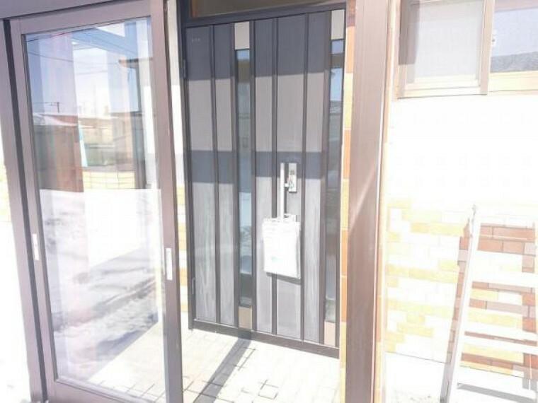現況写真 【リフォーム済】玄関ドアはクリーニングを行い、鍵交換をしました。