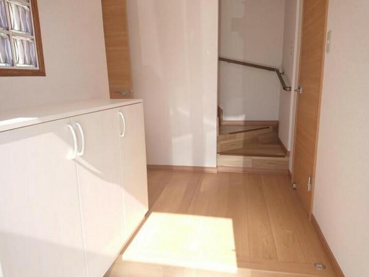 洋室 【玄関ホール】床はフローリングを重ね張りしました。また、階段の架替を行ったのでホールから2階に上がれるようになりました。