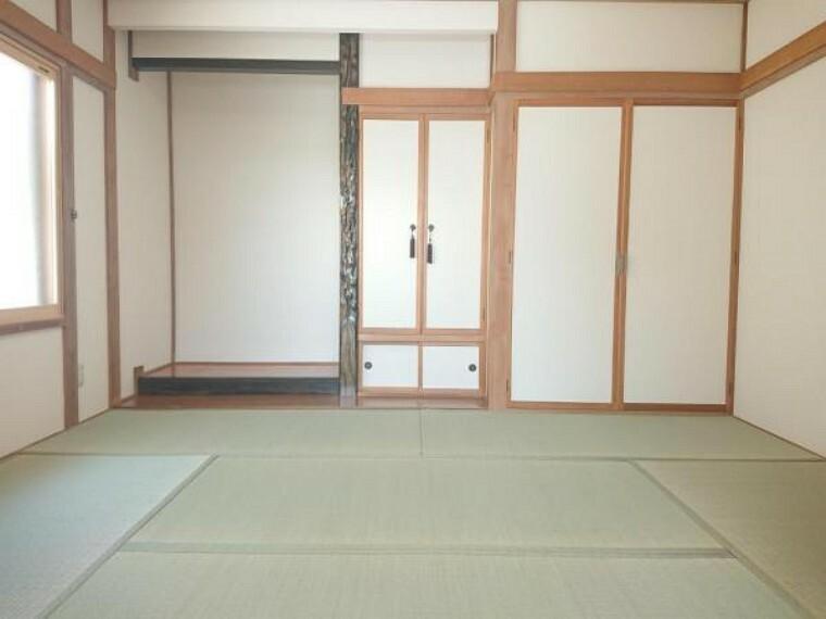 【リフォーム済】6畳和室です。畳は表替えを行いました。壁紙クロスは張替しました。リビングに隣接しているので急な来客など使い勝手が良いですね。