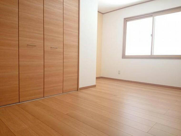 【リフォーム済】1階6.6帖の洋室です。クローゼットを新設しました。床はフローリングに重ね張りし、照明器具は交換しました。クローゼットは1.5畳ほどの大きさがありますので家財道具をすっきり収納できます。