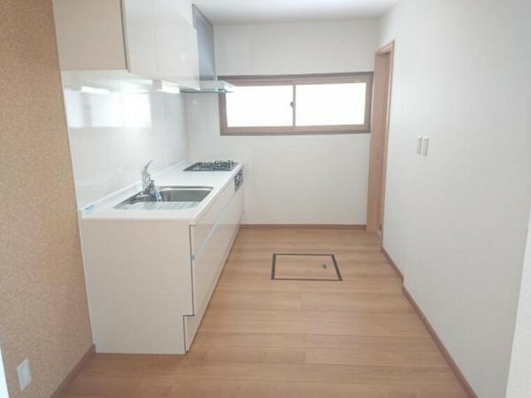 キッチン 【リフォーム済】キッチンは備付の棚を撤去し広さを確保しました。床はフローリングに重張りしました。