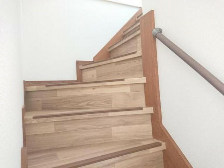 【リフォーム済】階段はクッションフロアに張替を行いました。また、新たに手摺を設置しましたので、小さいお子様やご年配の方でも安心して利用できますよ。