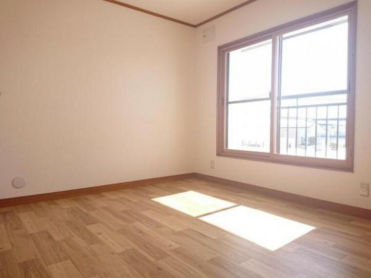 【リフォーム済】2階約7.9帖の洋室です。床はクッションフロアに張替を行いました。