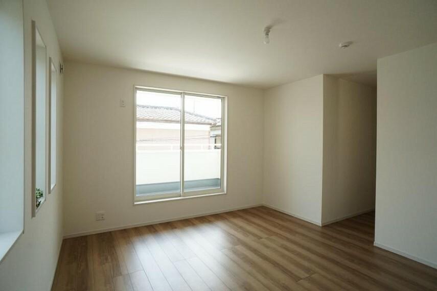 洋室 ~bedroom~  広いバルコニーからたっぷりの光をうけたお布団やシーツから太陽のにおいが感じられます