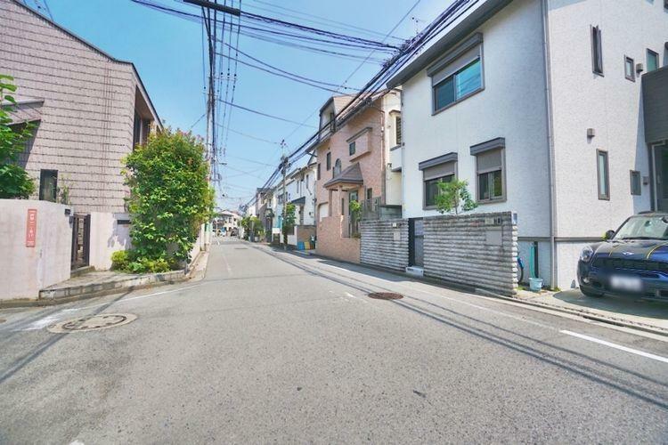 現況写真 第一種低層住居専用地域の閑静な街並みです。また、交通量の少ない前面道路の為、小さなお子様がいらっしゃるご家族でも安心してお住まいになれます。