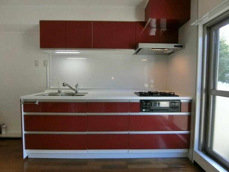 キッチン 収納豊富で使いやすいシステムキッチン、毎日のお料理も楽しくできますね。