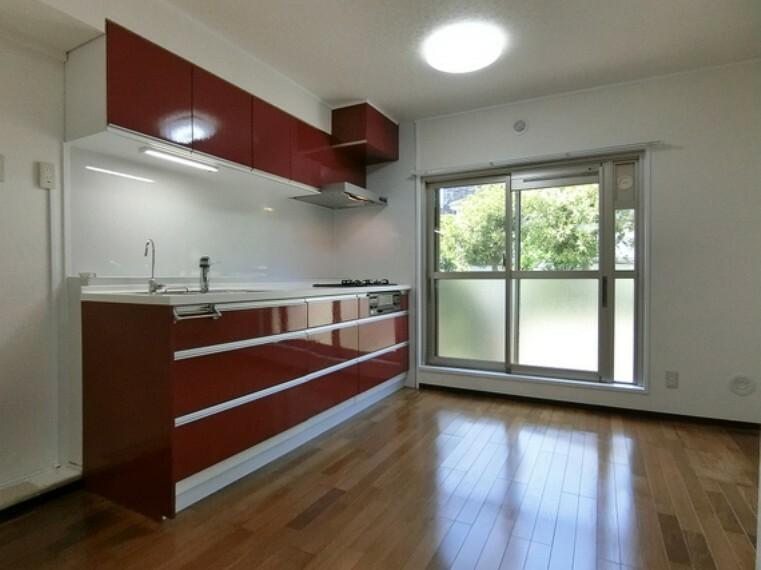 キッチン 約7帖のダイニングキッチンは大きな窓があり、優しい光が差し込みます。
