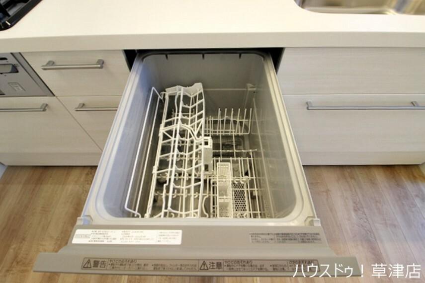 キッチン 食器を入れたらスイッチ一つで乾燥までが全自動です。食後の片付けが楽になり、家族団らんのひと時をゆったり楽しめます。