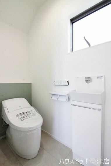 トイレ 温水洗浄便座なので寒い冬でも快適にご使用していただけます。