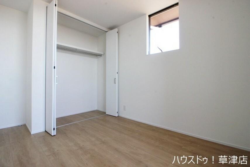 洋室 ナチュラルな印象の内装は、家具やカーテンを選ばず住まいやすいデザインです。