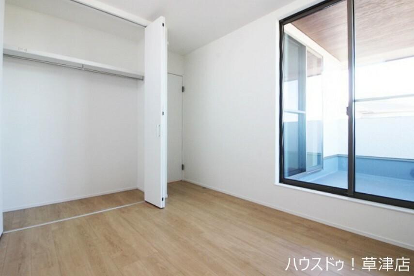 洋室 約5.2帖の洋室にもバルコニーがございます。2カ所バルコニーがあるのでお洗濯物もたくさん干せますね。