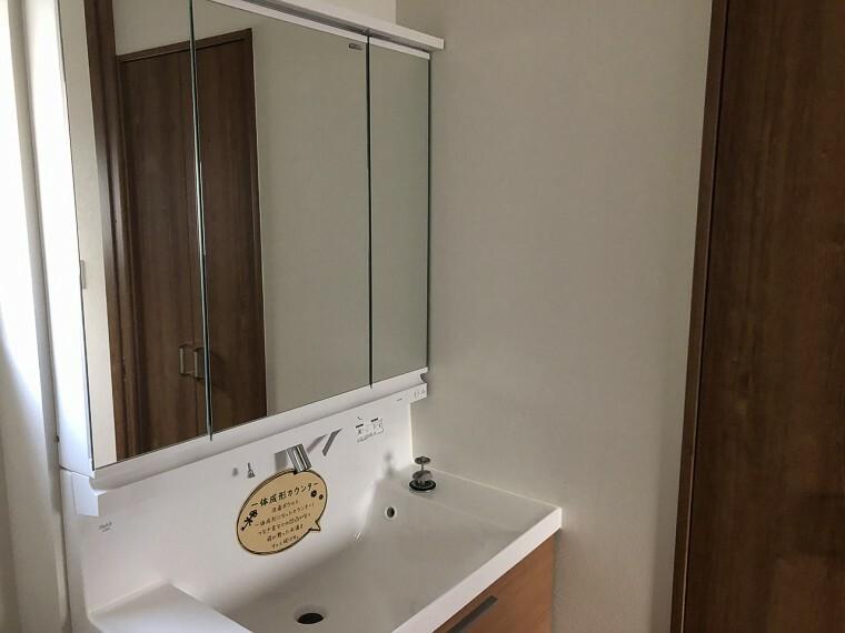 洗面化粧台 毎朝使う洗面台白くとてもきれい