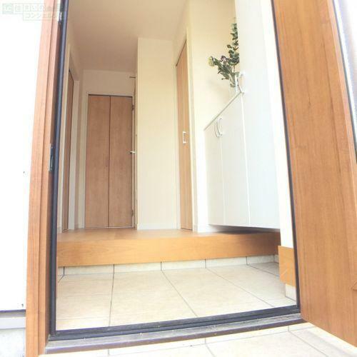 玄関 【玄関】 明るい雰囲気の玄関がお客様をお出迎えしてくれます